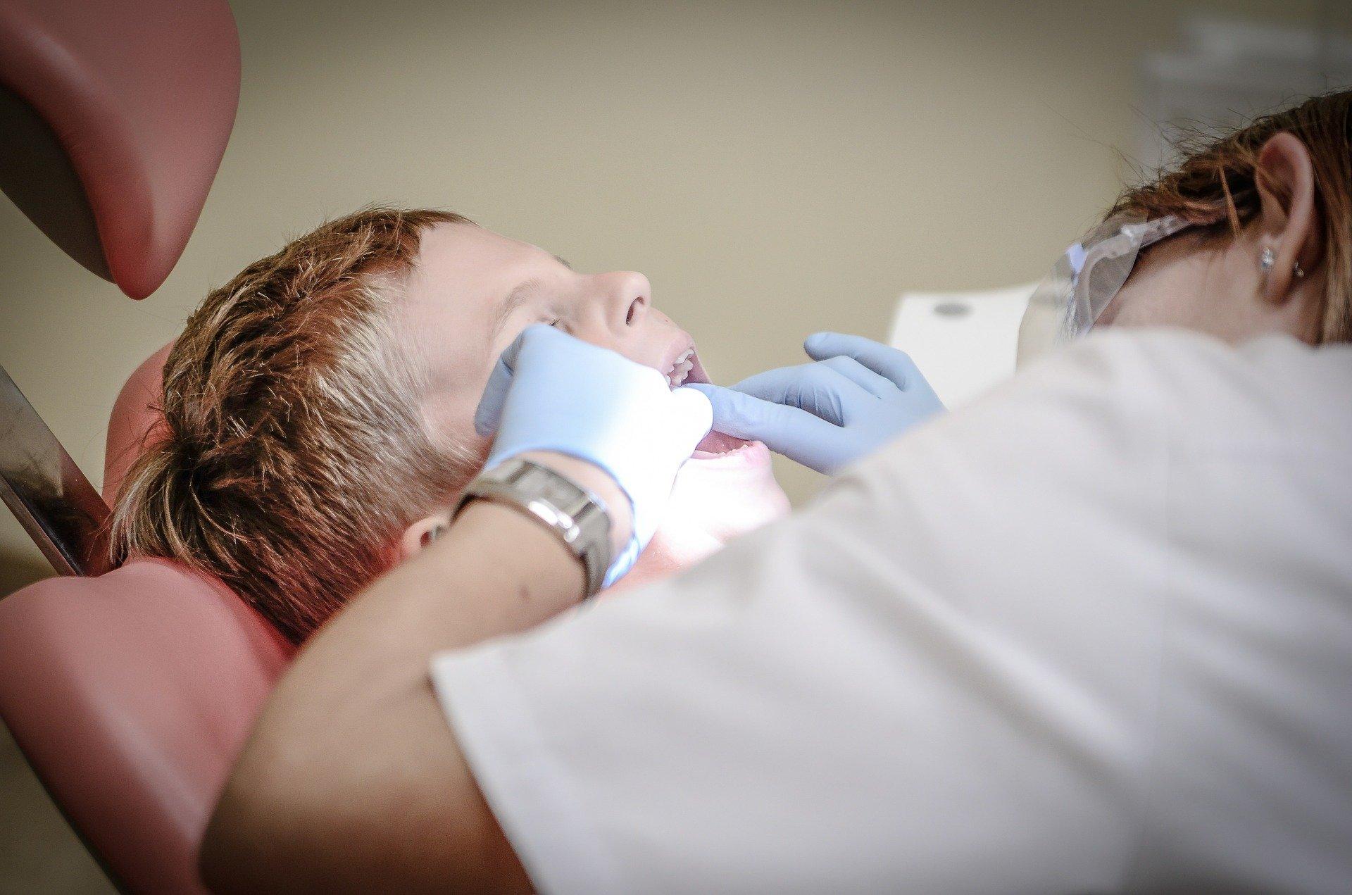 dítě u zubaře
