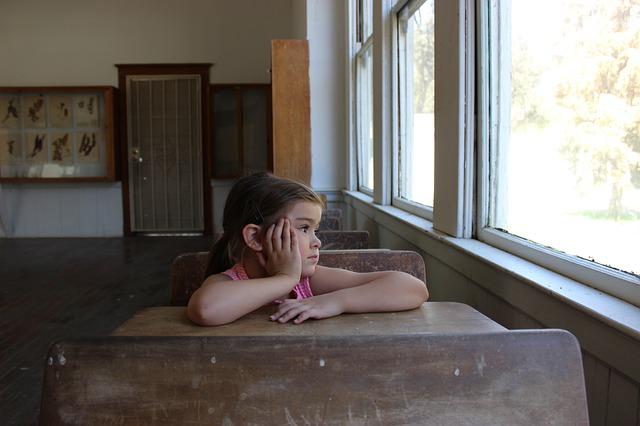 holčička, nuda, pohled z okna