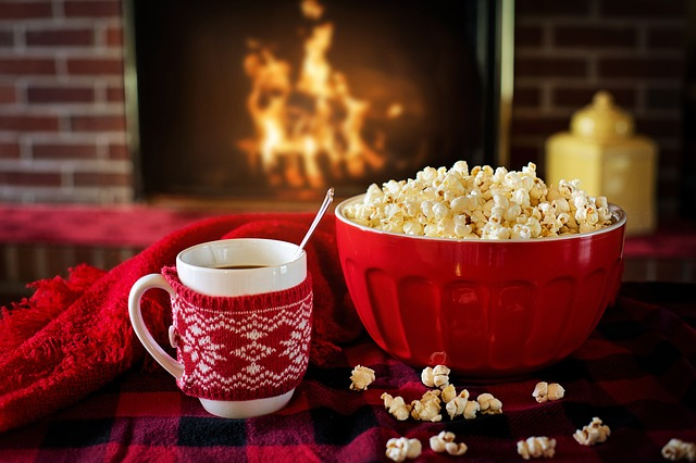 hrneček ve světříku, popcorn, červená miska