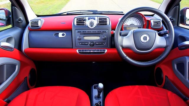 červený interiér auta