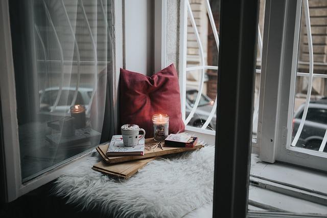 čtecí koutek v okně