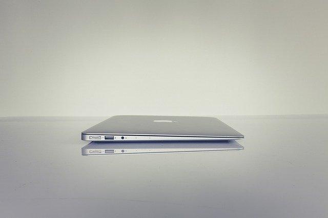 zavřený šedivý macbook