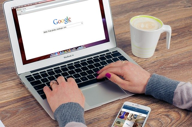 žena vyhledávající pomocí Google